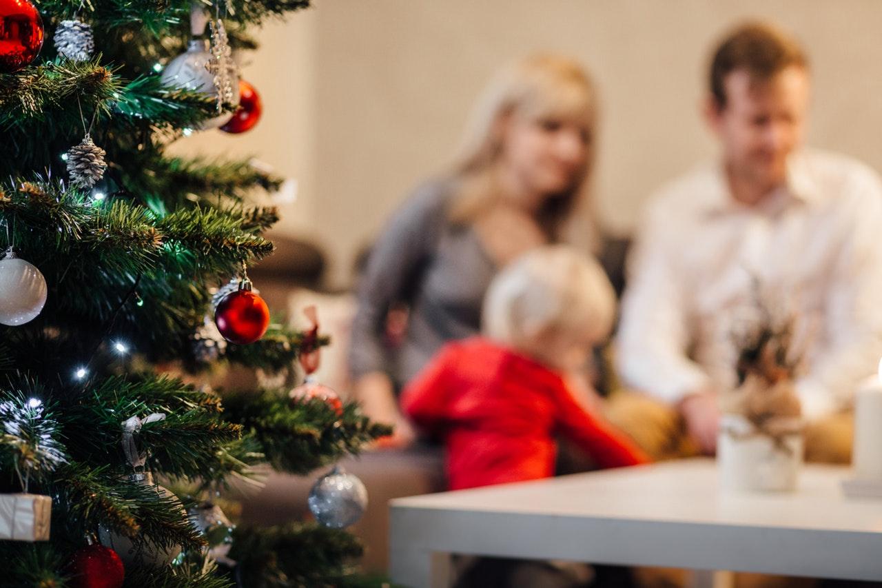 Familj som firar jul